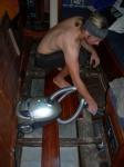 Johan støvsuger opp det verste før vi løfter opp dieseltanken