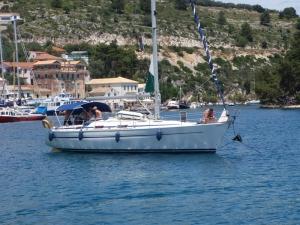 Klassiker: Charterbåt pluker opp naboens anker.