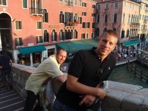 Lukas og Johan på broen Rialto.