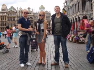Gärningene poserer på torget i Brüssel.